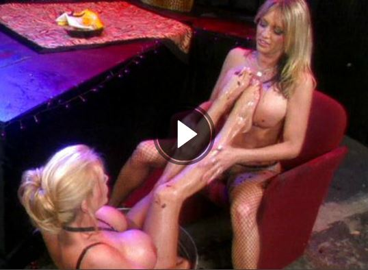 Schöne Blondinen beim gegenseitigen und echt geilen Fussfetisch im Sexvideo